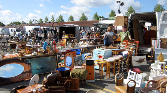 Hundreds of sellers on a sunny Tuesday morning at Kempton Antiques Market
